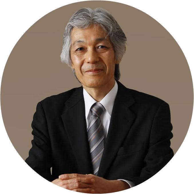 高橋伸夫の手を重ね座って正面を向いている写真